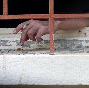 Заключенный с сигаретой, фото из архива