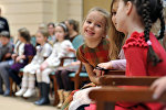 Дети в зрительном зале театра, фото из архива