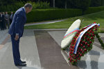 Глава МИД РФ Сергей Лавров во время церемонии возложения цветов к могиле первого президента Азербайджана Гейдара Алиева, фото из архива