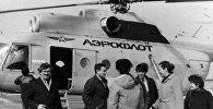 Журналист Осман Мирзоев перед посадкой на вертолет Ми-8, следовавший в Карабах