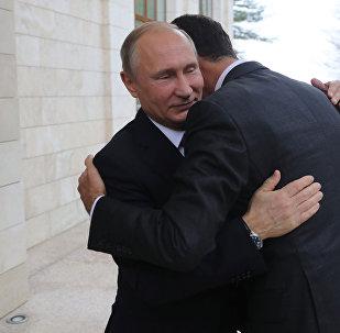 Президент РФ Владимир Путин и президент Сирии Башар Асад (справа) во время встречи
