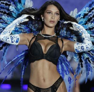 Модель Белла Хадид во время шоу Victoria's Secret в Шанхае, Китай