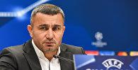 Главный тренер Карабаха Гурбан Гурбанов во время постматчевой пресс-конференции в Баку, 22 ноября 2017 года