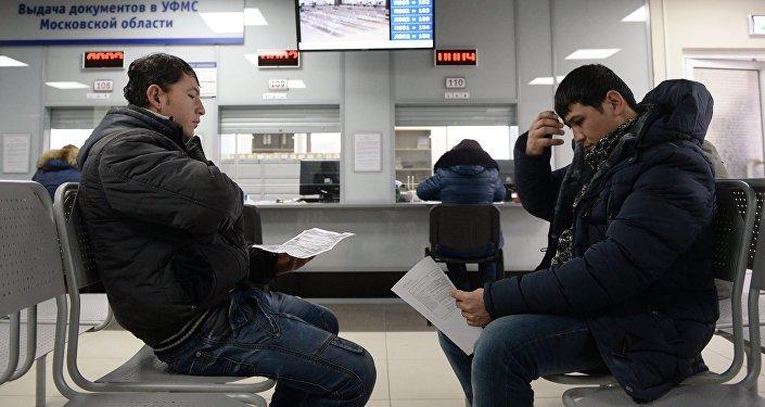 Иностранные граждане получают трудовой патент в Едином миграционном центре Московской области, фото из архива