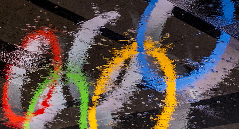 Олимпийские кольца в отражении лужи, фото из архива