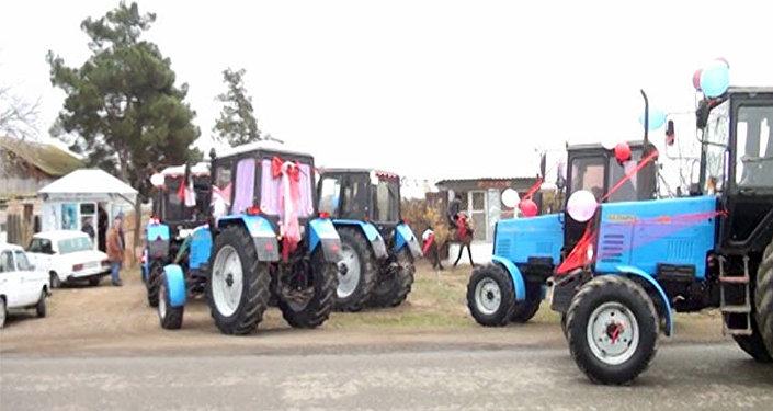 Свадебный кортеж из тракторов в Агджабединском районе Азербайджана