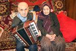Aydın Mustafayev anası Fatma xanım ilə