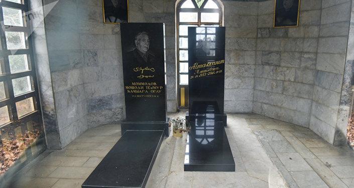 Могилы отца и матери Гаджи Мамедова в семейном склепе