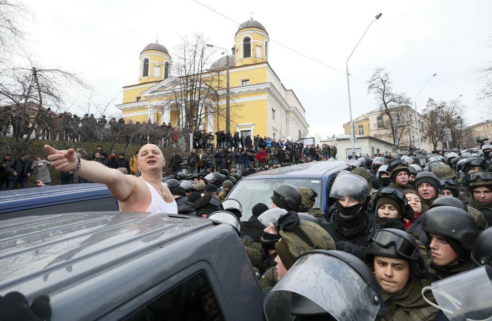 Столкновения Нацгвардии Украины и сторонников бывшего президента Грузии Михаила Саакашвили, охраняющих его машину, в Киеве