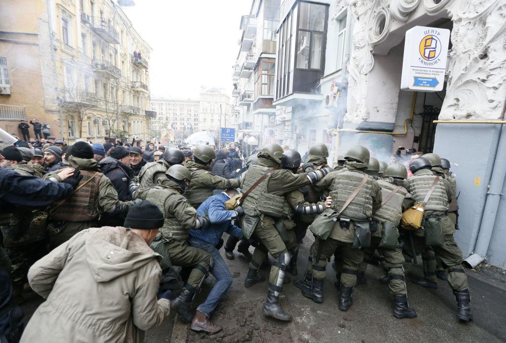 Столкновения Нацгвардии Украины и сторонников бывшего президента Грузии Михаила Саакашвили во время обыска квартиры Саакашвили в Киеве