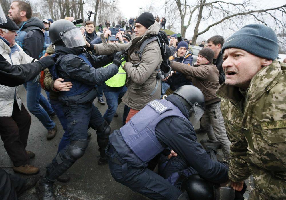 Столкновения сторонников бывшего президента Грузии Михаила Саакашвили с полицией в Киеве