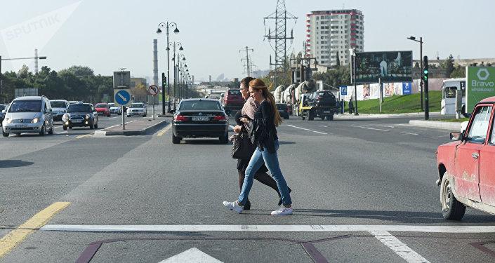 Люди переходят дорогу в неположенном месте, фото из архива