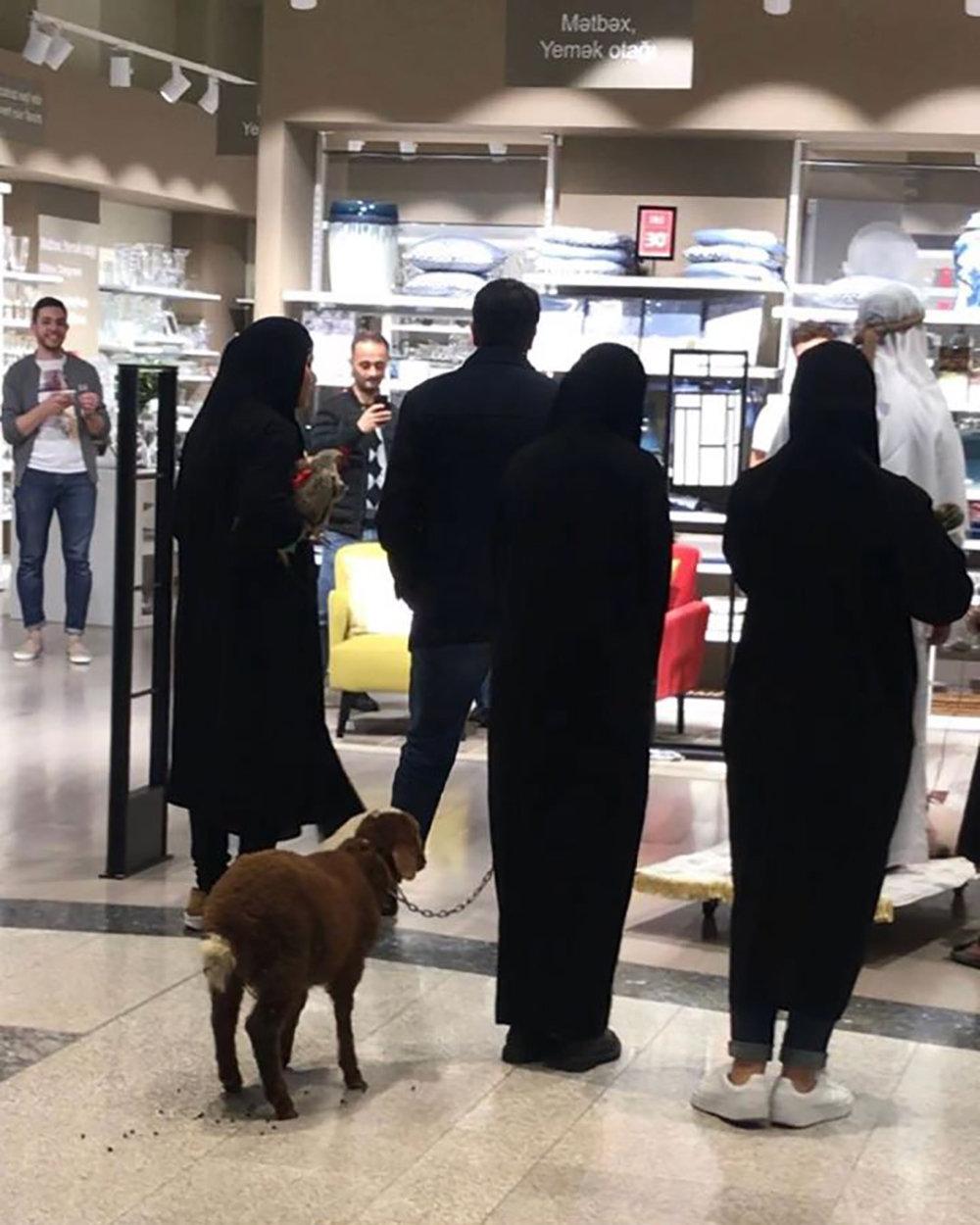 Gənclik Mall-da gəzişən ərəb turistlər