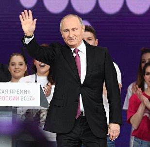 Президент РФ Владимир Путин на церемонии вручения премии Доброволец России - 2017 во дворце спорта Мегаспорт в Москве, 6 декабря 2017 года