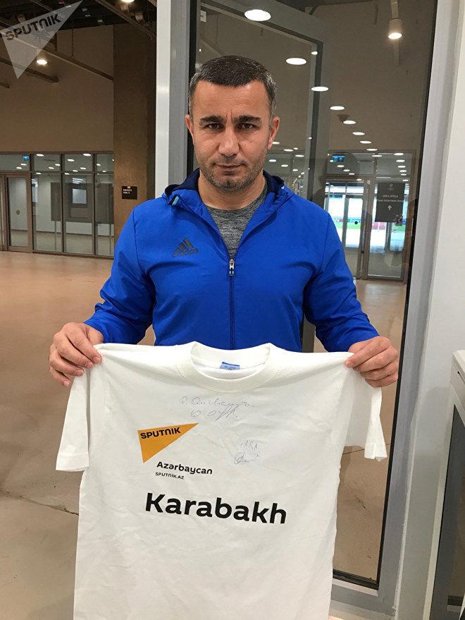 Qarabağın baş məşqçisi Qurban Qurbanov Sputnik Azərbaycan üçün futbol köynəyi imzalayıb