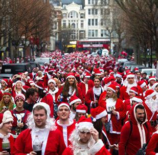 Шествие Санта-Клаусов в Лондоне и Нью-Йорке