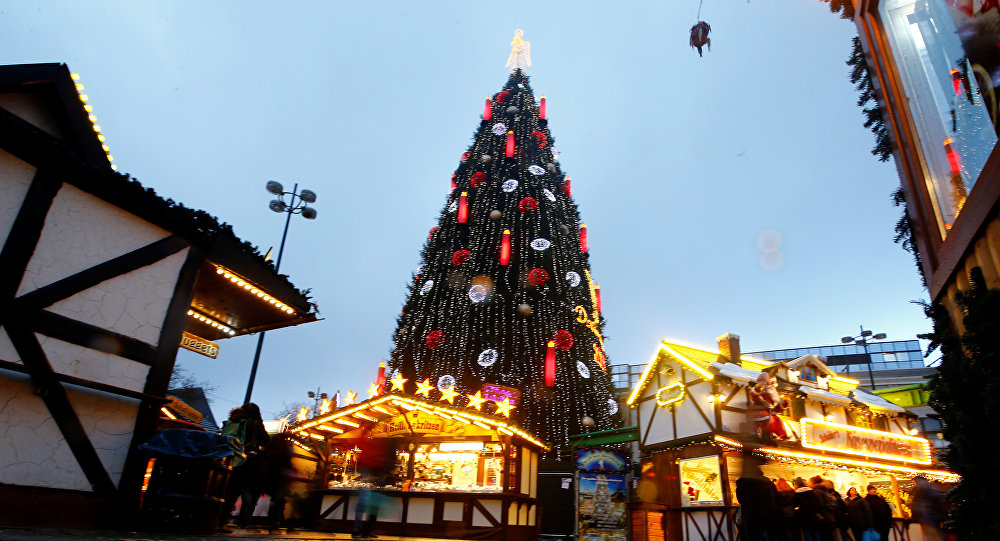 Елка на рождественской ярмарке в Германии, фото из архива