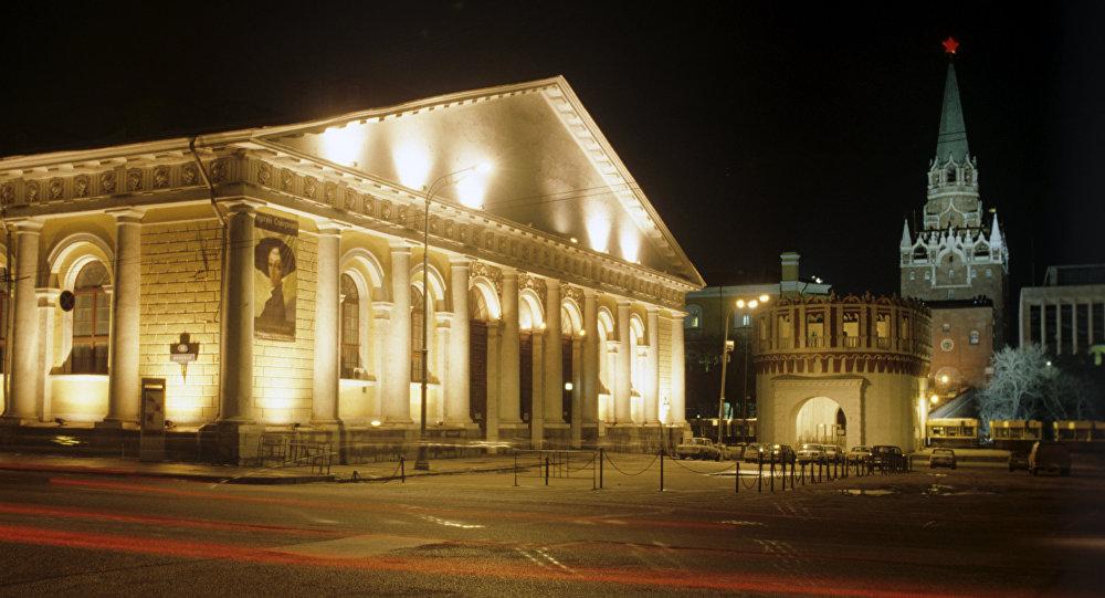 Вид на здание Центрального выставочного зала Манеж. Справа - Кутафья и Троицкая башни Московского Кремля