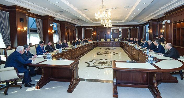 Встреча азербайджанских депутатов с делегацией во главе с председателем комитета Государственной думы Российской Федерации по делам СНГ