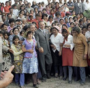 Первый секретарь ЦК КП Азербайджана Гейдар Алиев (в центре) беседует с колхозниками