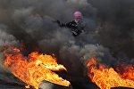 Протестующий во время столкновений на границе Палестины и Израиля в районе Рамаллы