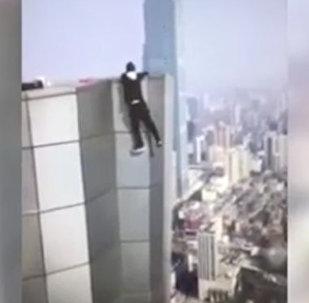 Китайский экстремал сорвался с 62 этажа