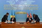 Заместитель министра иностранных дел Казахстана Галымжан Койшыбаев и посол Азербайджана в Казахстане Рашад Маммадов во время подписания документов
