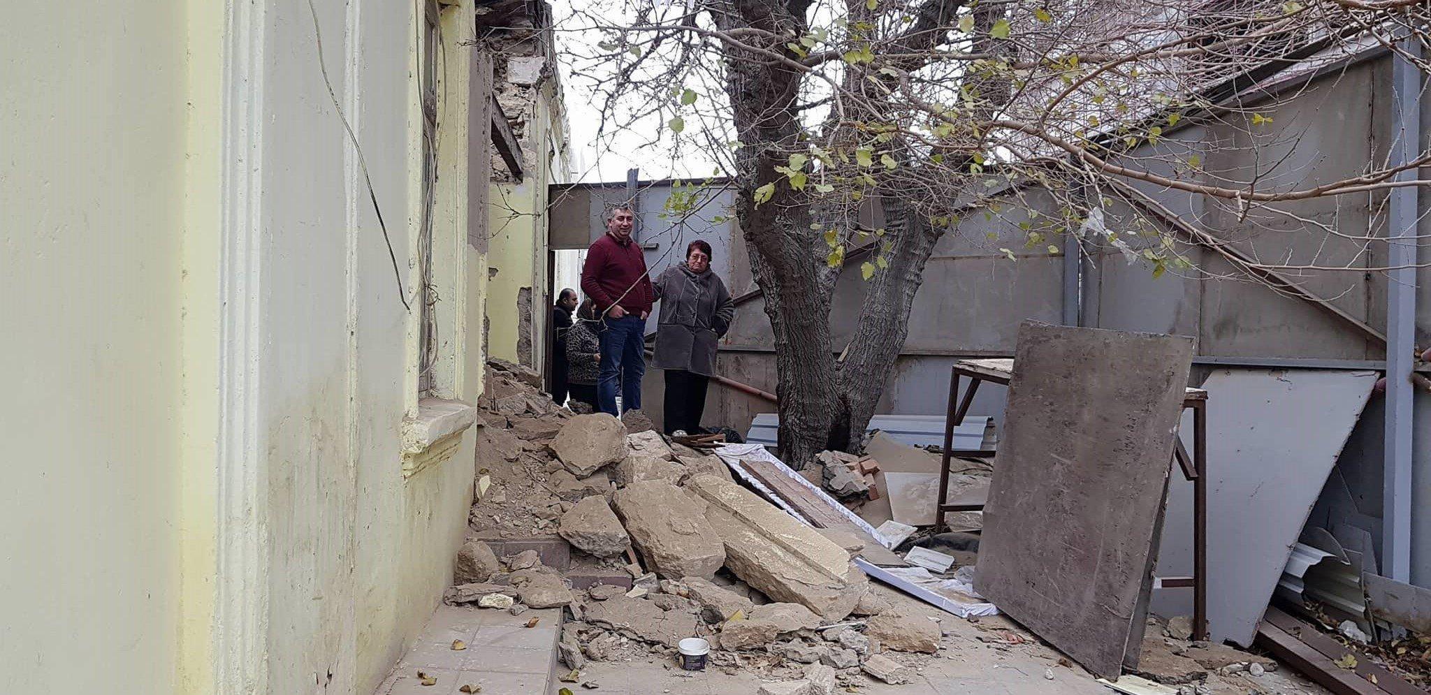 Səbail rayonu Bayıl qəsəbəsində, Qurban Abbasov küçəsi 42 ünvanı