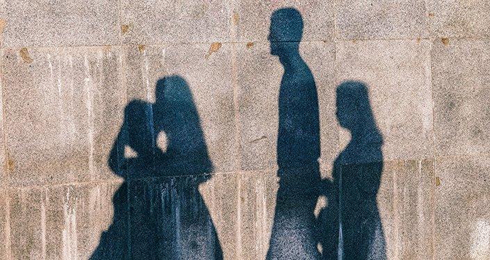 Тени людей на стене, фото из архива