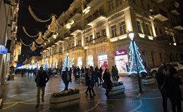 Прохожие на улицах Баку