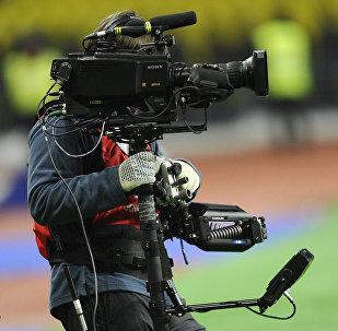 Оператор работает на поле во время футбольного матча, фото из архива