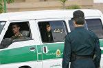 Tehranda polis əməkdaşı, arxiv şəkli