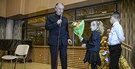 Руководитель Мариинского театра Валерий Гергиев с участниками проекта Ты супер! Танцы