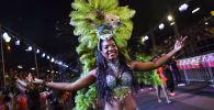 Танцовщица колумбийской сальсы на параде танцоров сальсы в Кали, Колумбия
