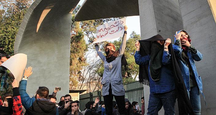 Студенты протестуют рядом с Тегеранским университетом в Иране