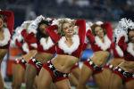 Девушки из группы поддержки футбольной команды Даллас Ковбойз в рождественских костюмах время футбольного матча NFL против Сиэтл Сихокс