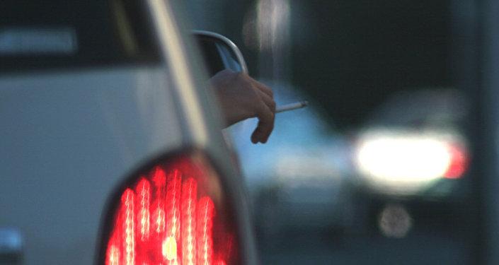 Курильщик в салоне автомобиля, фото из архива
