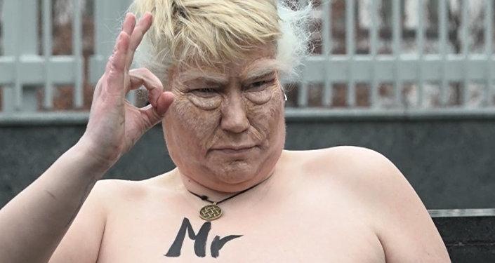 Обнаженная активистка возле посольства США в Киеве изображала Трампа