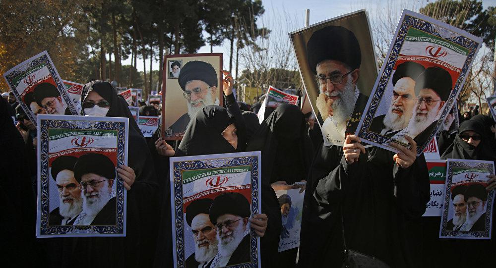 Tehranda hökumətə dəstək aksiyası zamanı əllərində Xameneinin portretlərini tutmuş qadınlar, 3 yanvar 2018-ci il