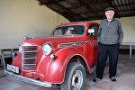 Аслан Исмайлов и его автомобиль Москвич-401