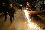 Kimyəvi maşınqayırma zavodunda işçilər, arxiv şəkli