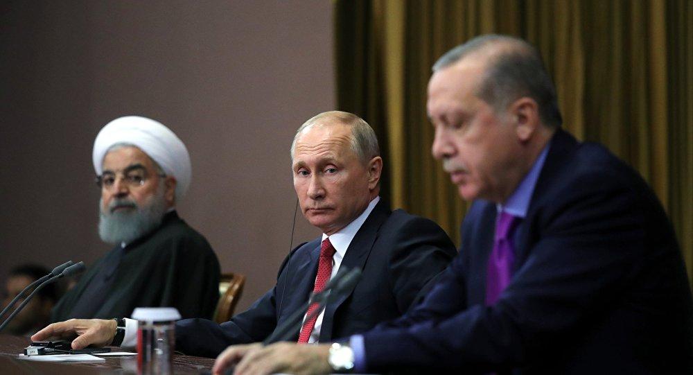 Президент РФ Владимир Путин, президент Ирана Хасан Рухани (слева) и президент Турции Реджеп Тайип Эрдоган (справа) во время совместного заявления для прессы по итогам встречи