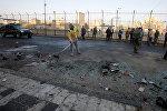 İraq təhlükəsizlik qüvvələrinin əməkdaşları Bağdad şəhərində 15 Yanvar 2018 bombalı hücumun baş verdiyi ərazidə