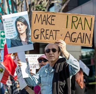 Участник митинга в поддержку антиправительственных демонстраций, проходящих в Иране, США, Лос-Анджелес, 7 января 2018 года