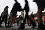 Люди на Парламентской площади в Лондоне, фото из архива