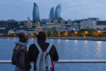 Молодая пара любуется видом на вечерний Баку, фото из архива