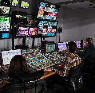 Сотрудники в студии телеканала, фото из архива