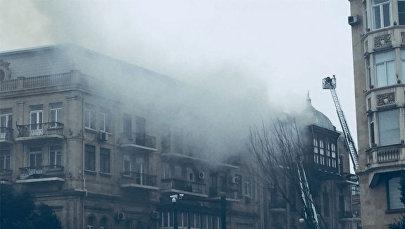 Последствия пожара на крыше одного из домов в Сабаильском районе Баку