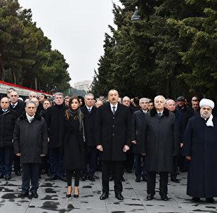 Президент Ильхам Алиев и члены правительства Азербайджана на Аллее Шехидов в Баку, 20 января 2018 года