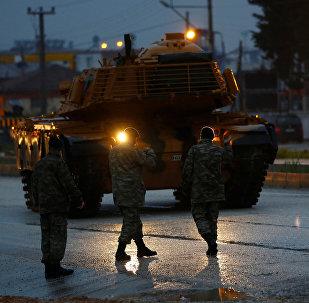 Конвой ВС Турции в городе Рейханлы, недалеко от границы и Сирией, 17 января 2018 года